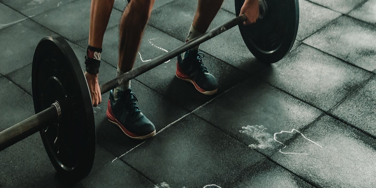 sporttutor-trainieren-muskeln-krafttraining-leistungsfaehigkeit